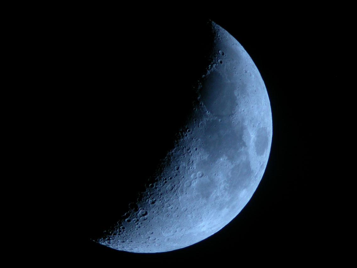 Månen fotograferad med blåfilter ger en egendomlig effekt